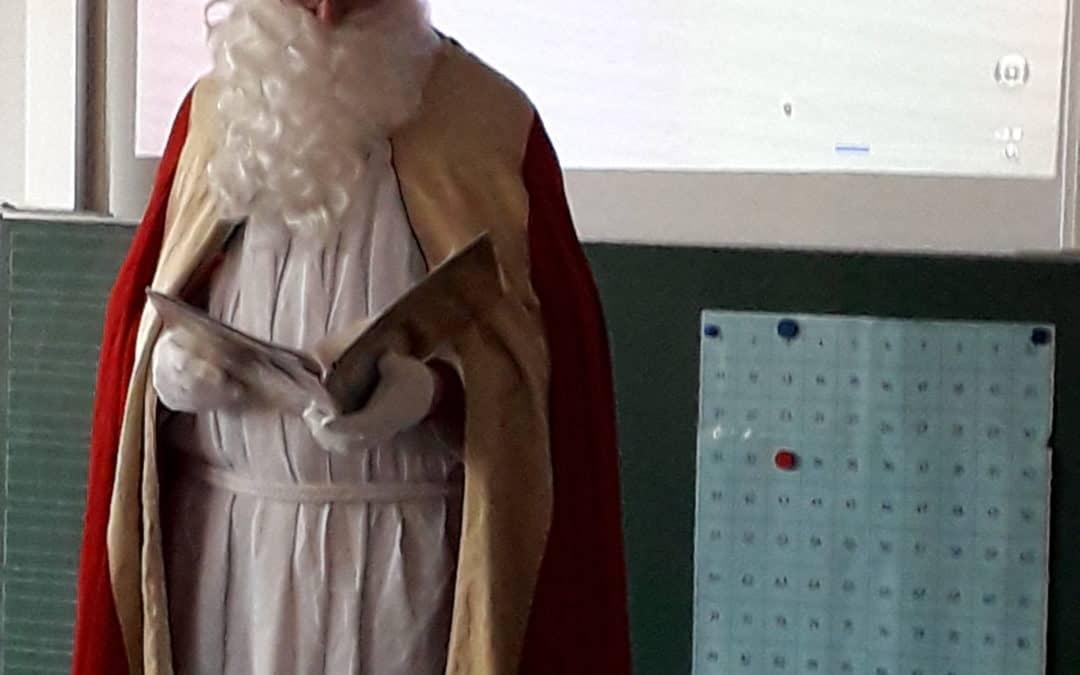Der Nikolaus besucht die Schule